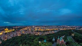 Giorno meraviglioso alla vista del timelapse di notte alla città di Praga dalla torre di osservazione di Petrin in repubblica Cec video d archivio