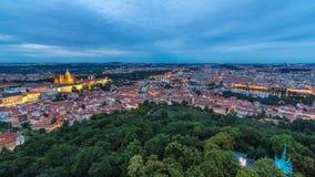 Giorno meraviglioso alla vista del timelapse di notte alla città di Praga dalla torre di osservazione di Petrin in repubblica Cec archivi video
