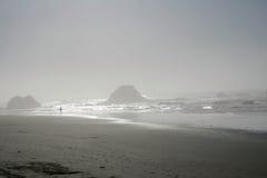 Giorno nebbioso alla spiaggia Fotografia Stock Libera da Diritti