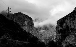 Giorno nebbioso alle montagne immagine stock