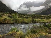 Giorno nebbioso della montagna nebbiosa Fotografie Stock