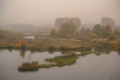 Giorno nebbioso di autunno sulla sponda del fiume Immagini Stock Libere da Diritti