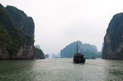 Giorno nebbioso nella baia di Halong Fotografie Stock