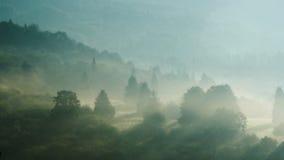 Giorno nebbioso nelle montagne Immagini Stock