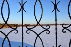Giorno nevoso soleggiato all'aperto fotografia stock libera da diritti