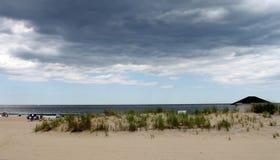 Giorno nuvoloso alla spiaggia Immagini Stock Libere da Diritti