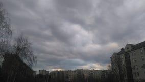Giorno nuvoloso in città Immagini Stock