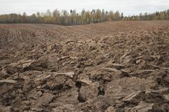 Giorno nuvoloso di autunno con il campo arato in campagna Immagine Stock