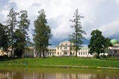 Giorno nuvoloso di luglio in una vecchia proprietà terriera russa Maryino Vista della facciata della casa padronale Regione di Le Fotografia Stock