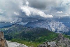 Giorno nuvoloso nelle alpi italiane delle dolomia Bello landsca del mauntain Fotografia Stock