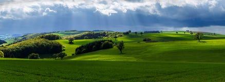 Giorno nuvoloso in primavera fotografie stock
