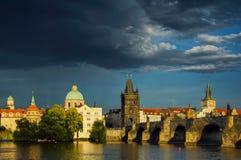 Giorno nuvoloso vicino a Charles Bridge a Praga, la repubblica Ceca Fotografia Stock Libera da Diritti