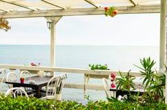 Giorno piacevole in un ristorante con seaview vicino Immagine Stock