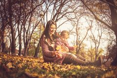 Giorno pieno di sole Madre e figlia in natura immagini stock