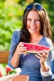 Giorno pieno di sole sorridente di giorno pieno di sole della donna del melone fresco Immagini Stock Libere da Diritti