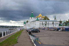 Giorno piovoso di settembre alle pareti del monastero di Ipatiev L'anello dorato della Russia Immagini Stock