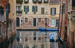 Giorno piovoso di Venezia con gli angoli variopinti, le vecchie costruzioni, le barche e la gente camminanti con gli ombrelli, It immagine stock