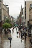 Giorno piovoso a Glasgow, la gente che tiene gli ombrelli Fotografie Stock Libere da Diritti