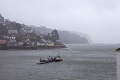 Giorno piovoso sul dardo del fiume immagini stock libere da diritti