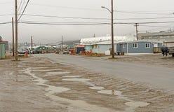 Giorno piovoso in un villaggio artico fotografia stock