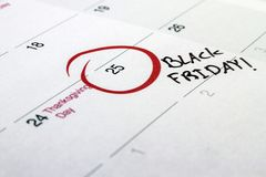 Giorno scritto a mano 2016 di evento di Black Friday segnato su un calendario bianco Fotografia Stock