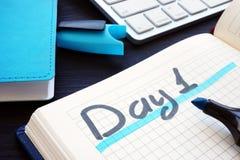 Giorno 1 scritto a mano in una nota Tempo di iniziare nuovo fotografie stock libere da diritti