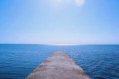 Giorno soleggiato al Mar Nero, frangiflutti fotografie stock