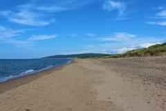 Giorno soleggiato alla spiaggia di Inverness sull'isola del Capo Bretone, Nova Scotia, una spiaggia popolare con le ampie dune di Immagini Stock