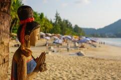 Giorno soleggiato alla spiaggia di Kamala su Phuket Tailandia Immagine Stock Libera da Diritti