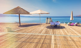 Giorno soleggiato alla spiaggia pubblica centrale in Eilat Immagini Stock