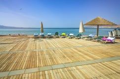 Giorno soleggiato alla spiaggia pubblica centrale in Eilat Fotografia Stock
