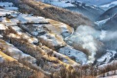 Giorno soleggiato congelato di un inverno, sulle colline selvagge della Transilvania Immagini Stock Libere da Diritti