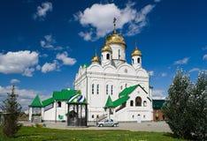 Giorno soleggiato della bella cattedrale della bianco-pietra Fotografia Stock Libera da Diritti