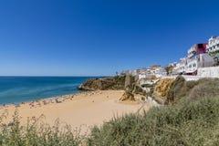 Giorno soleggiato di Albufeira luglio della spiaggia della città, Algarve Immagine Stock Libera da Diritti