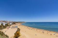Giorno soleggiato di Albufeira luglio della spiaggia della città, Algarve Fotografia Stock