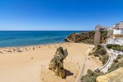 Giorno soleggiato di Albufeira luglio della spiaggia della città, Algarve, Portogallo Immagine Stock