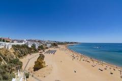 Giorno soleggiato di Albufeira luglio della spiaggia della città, Algarve, Portogallo Immagine Stock Libera da Diritti