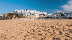 Giorno soleggiato di Algarve, spiaggia di Albufeira e case bianche sulle scogliere della costa video d archivio