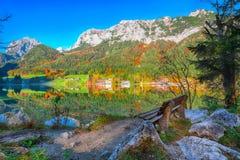 Giorno soleggiato di autunno fantastico sul lago Hintersee immagini stock
