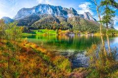 Giorno soleggiato di autunno fantastico sul lago Hintersee fotografia stock