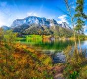 Giorno soleggiato di autunno fantastico sul lago Hintersee fotografia stock libera da diritti