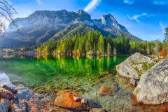 Giorno soleggiato di autunno fantastico sul lago Hintersee fotografie stock
