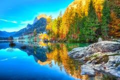 Giorno soleggiato di autunno fantastico sul lago Hintersee Bella scena di immagini stock