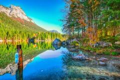 Giorno soleggiato di autunno fantastico sul lago Hintersee Bella scena di immagine stock