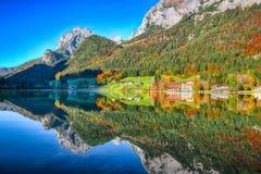 Giorno soleggiato di autunno fantastico sul lago Hintersee Bella scena di immagine stock libera da diritti