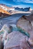 Giorno soleggiato di estate sul ghiacciaio di Rhone in alpi svizzere Fotografia Stock