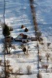 Giorno soleggiato di un inverno, sulle colline selvagge della Transilvania con le montagne di Bucegi nel fondo Fotografia Stock Libera da Diritti
