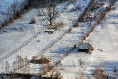 Giorno soleggiato di un inverno, sulle colline selvagge della Transilvania con le montagne di Bucegi nel fondo Immagini Stock