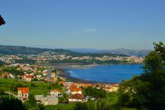 Giorno soleggiato di una cittadina davanti al mare e delle montagne in Galic immagine stock libera da diritti