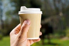 Giorno soleggiato disponibile di carta della tazza di caffè Fotografia Stock
